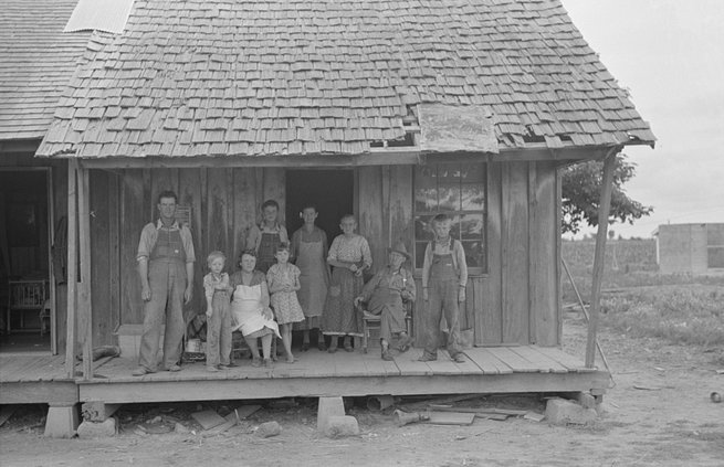 Sharecropper-family-on-front-porch-Southeast-Missouri-by-Photographer-Russell-Lee-1938.jpg