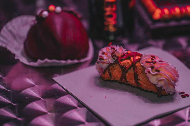 The cannoli and chocolate-covered strawberry served at Mint To Be Bubbly Bar.